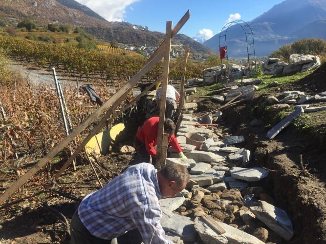 Construction d'un mur en pierres sèches